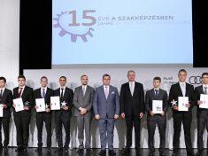 Christoph Hermreck, az Audi Akademie Hungaria vezetője, Fekete Dávid, Győr város alpolgármestere és Csóka Gergely, az Audi Akademie Hungaria szak- és továbbképzésért felelős vezetője a díjazottakkal