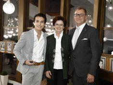 Knáb Erzsébet, az Audi Hungaria személyügyekért felelős ügyvezető igazgatója Kiss Jánossal, a Győri Balett igazgatójával és Daichi Uematsuval