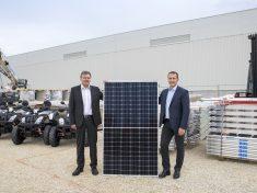 Achim Heinfling, az Audi Hungaria Zrt. igazgatóságának elnöke (bal oldalon) és Kiss Attila, az E.ON Hungária Zrt. elnök-vezérigazgatója tartja kezében az épület tetejére felkerülő napelemek egyikét