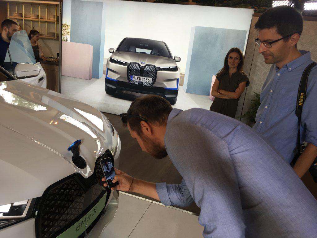 A motortető nem nyitható, az ablakmosó folyadékot a logó mögötti nyíláson lehet betölteni